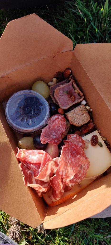 Une partie du repas proposé dans le panier mixte de la Ferme des Loups à Trooz