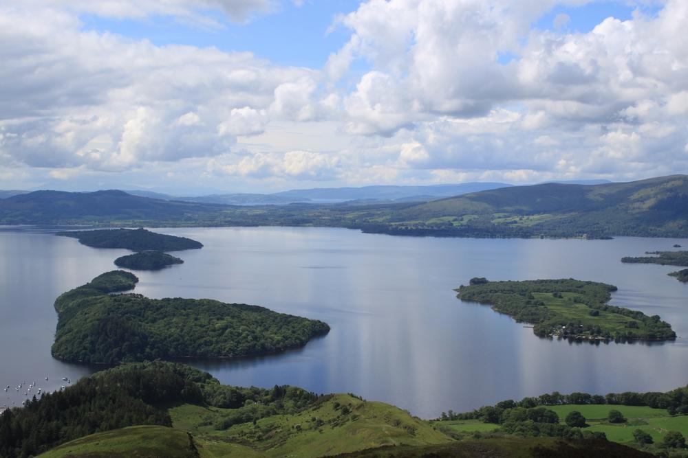 Le paysage depuis le sommet de la Conic Hill, avec le Loch Lommond
