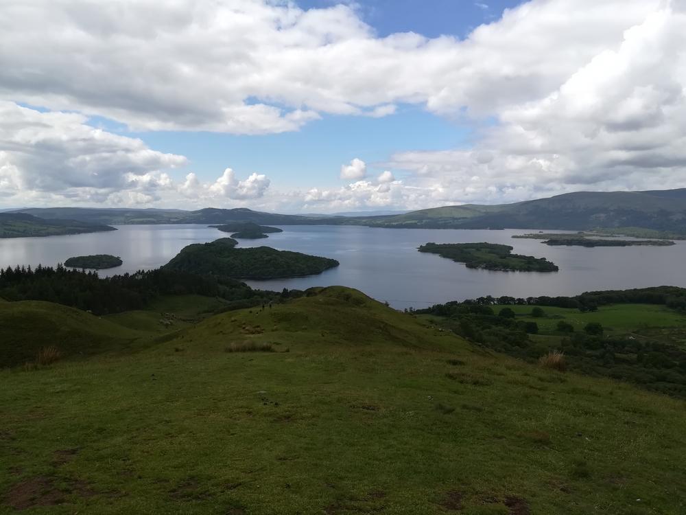 Le paysage depuis le sommet de la Conic Hill, le Loch Lommond en arrière plan