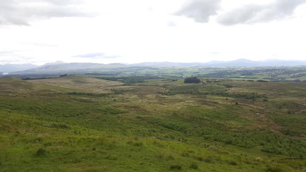 Le paysage depuis le sommet de la Conic Hill, la vue vers les terres